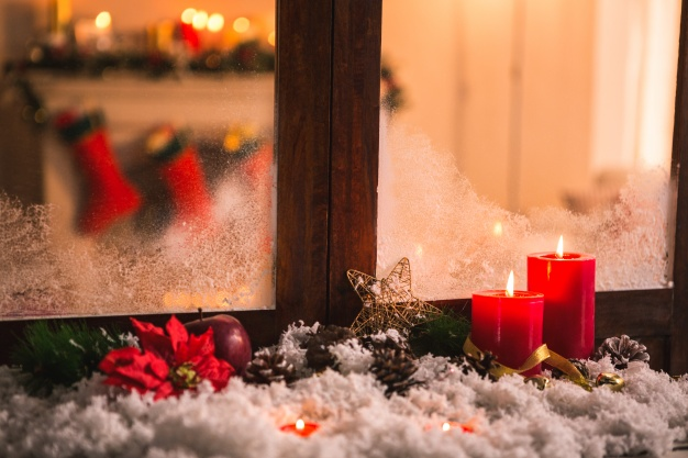 pinecones-on-fake-snow-and-canddles_1252-5.jpg